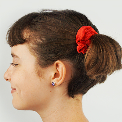 Learn to hand sew a scrunchie to put your hair in a comfortable ponytail. All you need are basic beginner hand sewing skills to rock one of the best fashions of the 80s! #diyscrunchie #handmadescrunchie