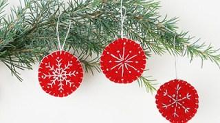 Decorazioni natalizie di feltro con ricamo e fiocchi di neve