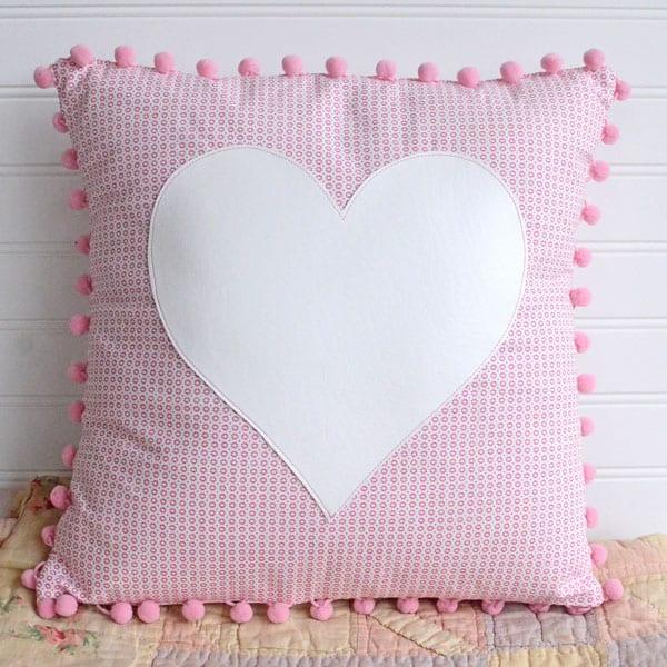 Cuscino cuore applicato con mini pon pon