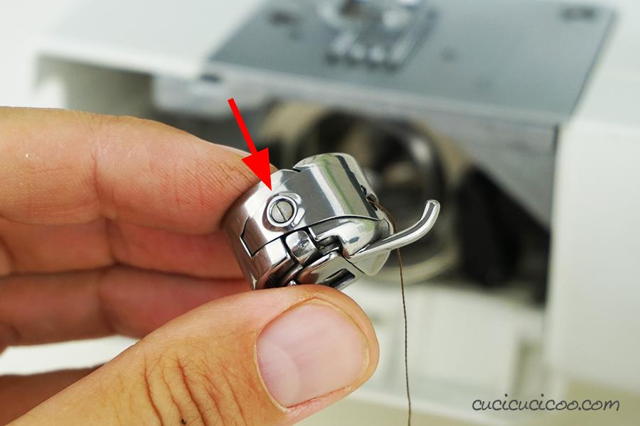 La vite per regolare la tensione del filo di sotto (bobina) della macchina da cucire a carica frontale.