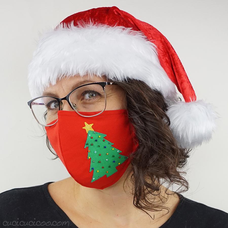 Festeggia il Natale con una mascherina natalizia fai da te! L'albero di Natale è semplice da applicare e decorare con perline. Il cartamodello per la mascherina è GRATUITO, con tre misure e opzioni per ferro modellabile al naso, elastici regolabili alle orecchie e un laccio rimovibile. Bellissimo cucito creativo per le feste!  #mascherinafaidate #natalefaidate #cucitocreativo