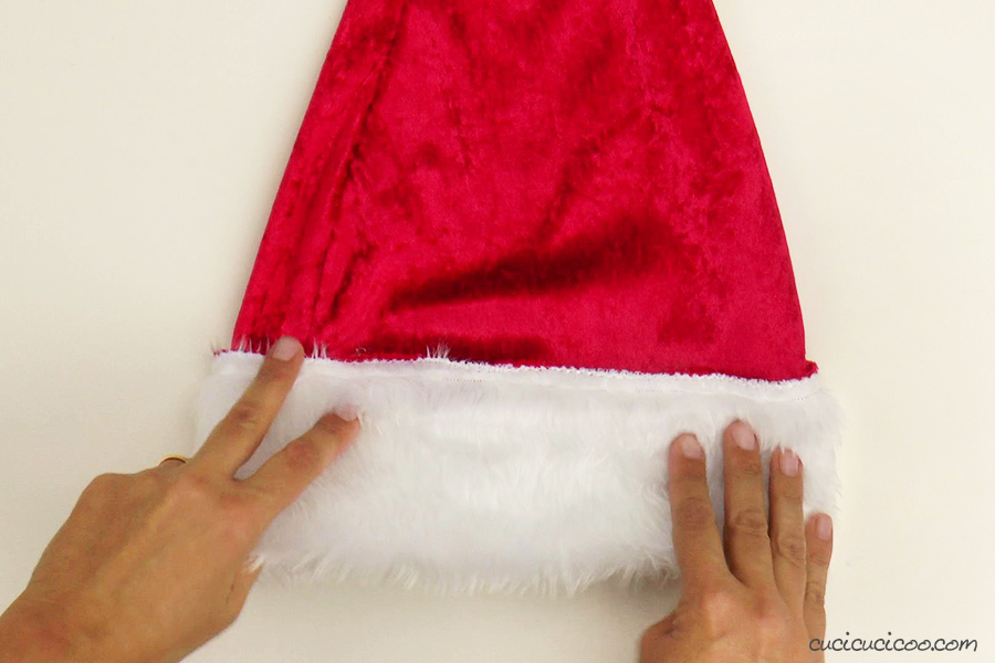 Rivolta il bordo bianco del cappello di Babbo Natale