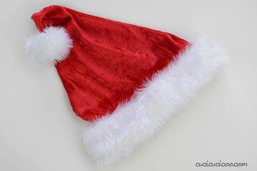 Scarica il cartamodello per il cappello di Babbo Natale e impara a cucire il cappellino con stoffa di pelliccia sintetica oppure pile, velluto o pannolenci. 3 taglie per tutta la famiglia! #babbonatale #natalefaidate