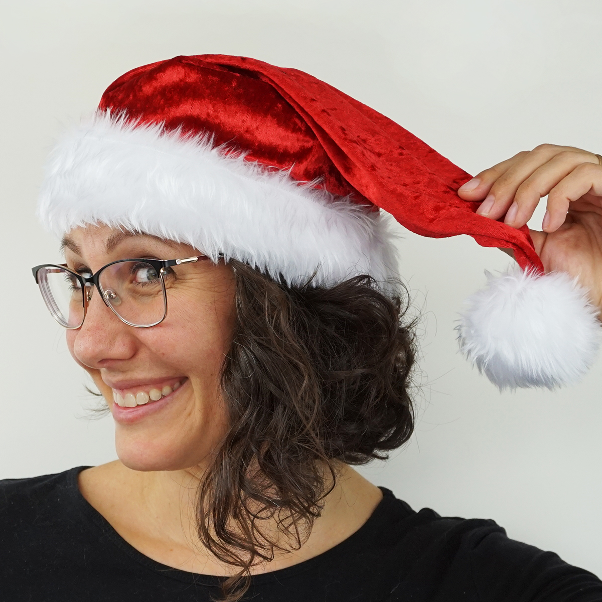 Learn how to sew a Santa hat with this FREE sewing pattern! Get into the holiday spirit with your own DIY Santa Claus hat with a super soft faux fur brim and pompom! 3 sizes included for all the family to play at being Father Christmas! #diysantahat #santahatpattern #christmassewing