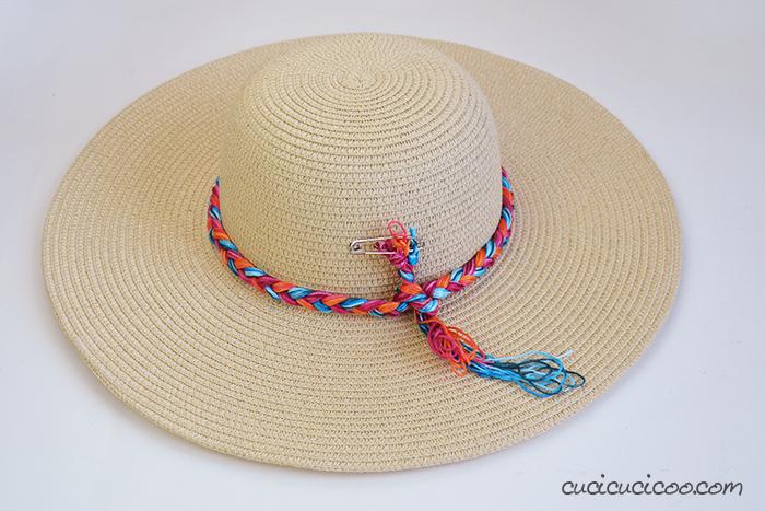 Avvolgi la treccia di filato intorno alla corona del cappello