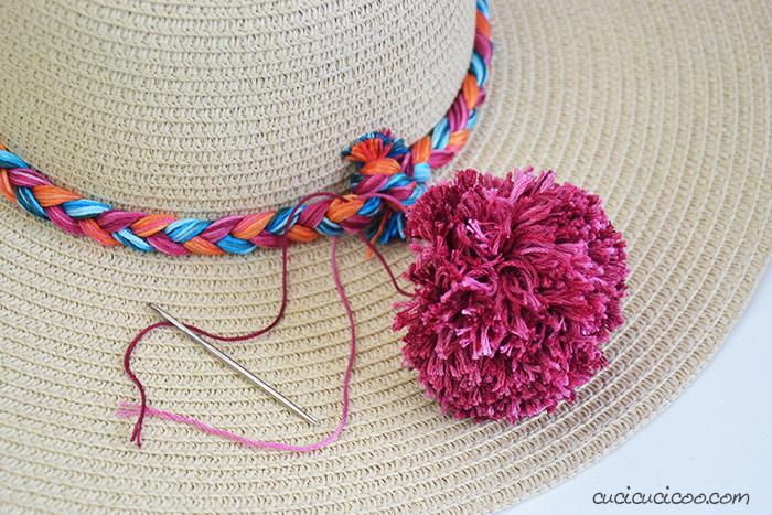 Attacca i pompon colorati alla falda del cappello