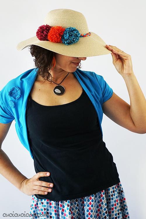 Trasforma un cappello estivo anonimo con questo tutorial semplice! Decora un cappello di paglia con pompon e trecce di filato di cotone colorato per un look estivo sfizioso! #cappellodipaglia #cappelloestivo