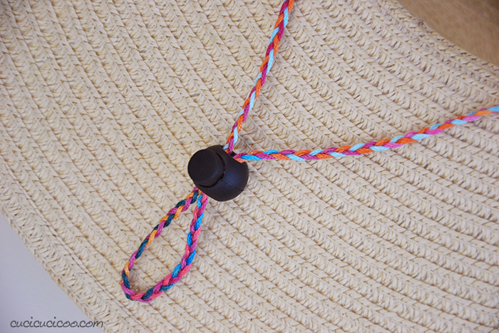 Intreccia tre fili di filato e infila la parte piegata in un fermacorda