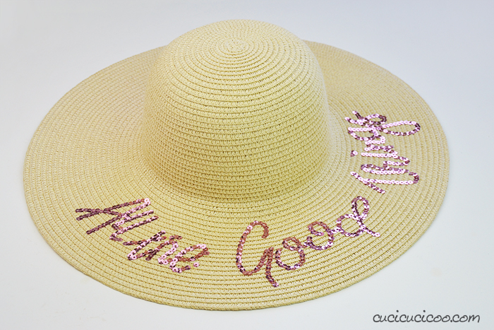 Cappello di paglia con scritti in paillettes