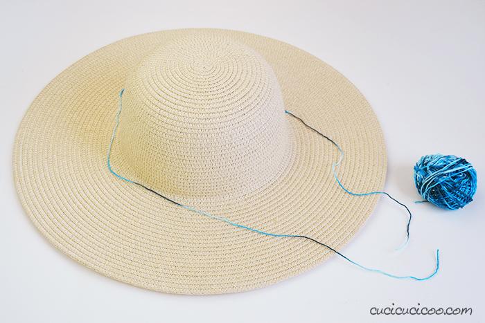 Misura il filato di cotone intorno al centro del cappello di paglia