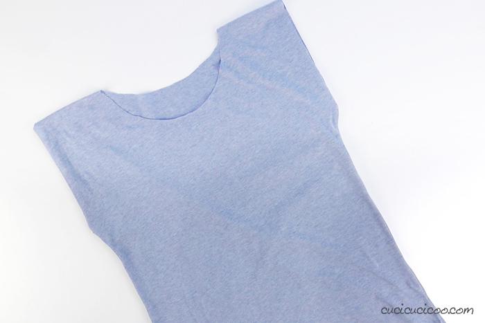 Impara come cucire una maglietta da zero senza un cartamodello! Perfetto per principianti - bastano 15 minuti per trasformare un rettangolo di maglina nella maglietta più semplice possibile! #cucire #cucito